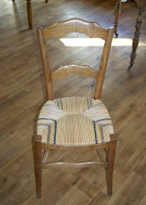 Chaise paillée, assise en paille de seigle polychrome